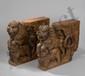 Paire de base de piliers de linteau de porte de temple ou de maison sculptée en haut relief  de deux lions cabrés chevauchant des éléphants. Bois de teck et ferrure. Rajasthan. Inde. Désert du Thar. 18 ème siècle. 66x64cm.
