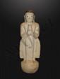 Adorant figuré debout sur un tertre lotiforme vêtu de la robe monastique aux pans déployés, les mains jointes en anjali mudra. Marbre partiellement laqué. Birmanie. Royaume de Pagan.  17ème siècle. 57cm.