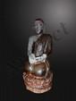 L'adorant Moggalanna agenouillé sur un socle lotiforme vêtu de la robe monastique uatarasanga. Bois polychrome. Birmanie.  19ème siècle. 85cm.