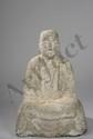 Kshitigarbha, le Boddhisattva sauveur des âmes et maître des six mondes du désir assis en kishiô-za-zô vêtu d'une simple robe monastique couverte d'une étole et recouvrant ses membres. Pierre grès gris. Japon. Période Meïji. 19 ème siècle. Ht 53cm.