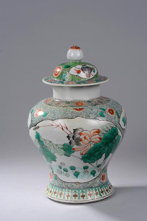 Potiche couverte en porcelaine de la famille verte décoré en réserve polylobée de bouquets de fleurs lacustres et frises florales. Chine. Dynastie Qing. 19 ème siècle. Ht35x D35cm.