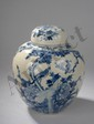 Potiche couverte de forme globulaire à fond plat, épaulement arrondi et couvercle oblongue en porcelaine blanche décorée en bleu cobalt sous couverte . Chine. Dynastie Qing. 19 ème siècle.  Ht 26cm.