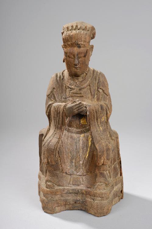 Wenzhang, patron des lettrés assis sur un trône vêtu d'une longue robe de dignitaire et coiffé d'un bonnet lié à son rang, ses mains croisées sur sa poitrine faisant le geste de tenir la tablette calligraphiée. Bois d'orme à trace de polychromie et