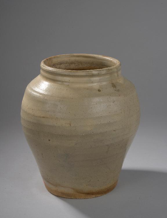 Pot à fond plat épaulement arrondi et col ouvert en grès porcelaineux à couverte monochrome gris clair . Chine. Dynastie Sui. 581 à 617. Ht 23cmxDiam 13cm.