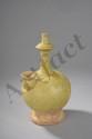 Vase Bouddhique Kendi sur piédouche à panse globulaire, haut goulot et verseur bulbé en grès porcelaineux à glaçure monochrome tilleul. Chine. Dynastie Yuan. 1271 à 1368. 24,5cm