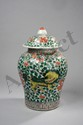 Potiche couverte en porcelaine Wucaï décorée de kilins sur fond de motifs floraux. Chine. Dynastie Ming. Période de transition. Ht 42cm x diam au col 25cm.