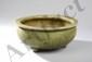Brûle parfum Ding tripode du Longquan à large panse oblongue en épaisse porcelaine décoré en incision sous glaçure  monochrome céladon craquelé. Chine. Dynastie Yuan. 1271 à 1368. Ht 11,5cm x diam au col 26cm.