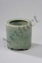 Brûle parfum tripode du Lonquan cylindrique en porcelaine à décor incisé sous couverte monochrome céladon finement craquelé d'une frise de grecque. Chine. Dynastie Ming. 1368 à 1644.Ht 10cm x diam au col 10,5cm.
