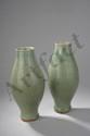 Paire de vases du Longquan sur base étroite à large panse et col cylindrique en porcelaine décoré en incision sous glaçure monochrome céladon de motifs géométriques et palmettes. Chine. Dynastie Yaun. 1271 à 1368. Ht 28cm x diam au col 7cm.