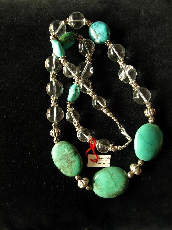 Collier ethnographique recomposé selon la tradition de perles de turquoise, cristal de roche et métal argenté. Tibet.