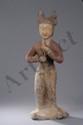 Importante figuration d'une joueuse de flûte vêtue d'une longue robe. Terre cuite polychromée. Chine. Dynastie Tang. 618 à 907. Environ 70cm.