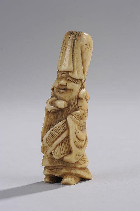 Netsuke illustrant le sage taoïste shoulao vêtu de sa robe monastique couvrant son crane hypertrophié. Os. Japon. Période Edo. 19 ème siècle.  Ht 6cm.