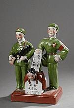 Illustration Maoïste d'une scène de rééducation d'une opposante au régime. Porcelaine polychrome. Chine. Ht 26cm.