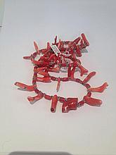 Collier recomposé selon la tradition de perles de corail  branche et métal argenté. Chine. Henan.