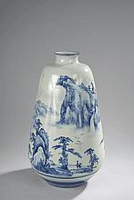 Important vase à large panse rétrécie à l'épaulement et petit col ourlé en porcelaine blanche décoré en bleu cobalt sous couverte d'un paysage montagneux animé de deux personnages et oiseaux en vol. Chine. Période Minguo.  1911 à 1949