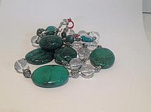 Collier recomposé selon la tradition de perles de turquoises, cristal de roche et métal argenté. Laddak.