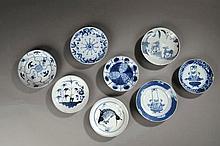 Suite de huit coupelles en porcelaine blanche décoré en bleu cobalt sous couverte. Chine. Dynasties Ming et Qing. Diam 13 à 15 cm.