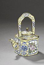 Verseuse en cuivre et émaux de Pékin. Chine. Dynastie Qing. 19 ème siècle. Manque du couvercle.  13cm.