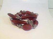 Collier recomposé selon la tradition de perles de pate de verre et métal argenté. Inde.