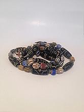 Collier recomposé selon la tradition de perles de pate de verre de Venise et pate de verre rapellant les perles gzi séparées par des bagues granulées en métal argenté. Inde. Désert du Thar.