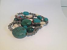 Collier recomposé selon la tradition de perles de turquoises, os et métal argenté. Tibet.
