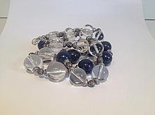 Collier recomposé selon la tradition de perles de lapis lazuli, cristal de roche et métal argenté. Cachemire.
