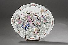 Plat ovale polylobé en porcelaine de la famille rose décoré en émaux polychromes sur la couverte des huit sages taôistes sur des flots bouillonnants. Chine. Dynastie Qing. 19 ème siècle. 25,5cm x 30cm.