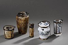 Suite de cinq pipes à opium composé de petits vases en porcelaine de Chine, faïence de satsuma du Japon et os. 9 à 13cm.