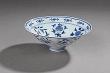 Coupelle de forme yahoubeï sur base étroite et paroi conique en porcelaine blanche décoré en bleu cobalt sous couverte de motifs floraux . Marque apocryphe Yong Zhen  à la base en six caractères. Chine. 20 ème siècle. Diam 16,5cm x 6cm.