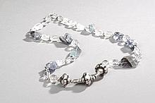 Collier recomposé selon la tradition de perles de cristal de roche, éclat d'aventurine et métal argenté. Inde.