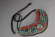 Pectoral ethnographique serti de perles de verre, turquoises, bronze. Ladakh.