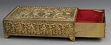 Coffret à Bijoux avec tiroir décoré au repoussé d'une scène du panthéon hindouiste illustrée de Ganesh, Krishna , Sita et de deux attendantes. Inde début 20ème siècle. 19x12xHt5,5cm.