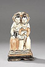Deux dames de cour vêtues de longues tuniques assises cote à cote sur un tertre quadrangulaire, coiffées de chignons, un ouvrage à la main. Au dos un bovidé crachant des nuages tsi. Céramique Cizhu décorée en blanc crémeux terre de sienne et brun.