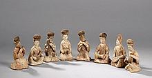 Suite de huit musiciennes assises accroupie et agenouillées jouant de divers instruments, vêtues de longue robe et coiffées de haut chignon. Terre cuite ocre à engobe blanc et polychromie rouge et noire. Chine. Dynastie tang. 618 à 907.  18x8cm.