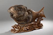 Pierre de rêve illustrant un poisson composé d'une pierre naturelle et d'un socle ciselé d'une queue de poisson et d'une base de flots bouillonnants en bois. Chine.