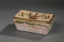 Repose nuque quadrangulaire  en terre cuite décoré sur la face principale d'un vase d'offrandes fleuris sous couverte sançaï . Chine. Dynastie Liao. 916 à 1125.  22,9x12,5x9,2cm.