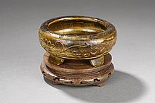 Brûle parfum ding tripode ciselé d'une large frise de guirlandes florales.  Pierre aeil de tigre, ambrée et or.  Chine.  Dynastie Qing.