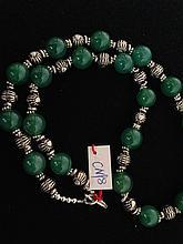 Collier recomposé selon la tradition de perles de jade et métal argenté.  Chine.