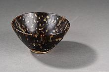 Coupelle temoku en épais grès porcelaineux à glaçure brune tachetée d'ocre rappelant 'écaille de tortue.  chine.  Dynastie Song.  960 à 1279.  Diam 13cm.