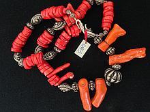 Collier recomposé selon la tradition de perles de corail et métal argenté.  Tibet.  Restauration à un corail branche.