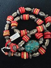 Collier recomposé selon la tradition de perles de corail, turquosie et métal argenté.  Tibet.