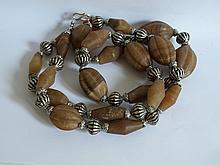 Collier ethnographique recomposé selon la tradition de perles de cornaline et métal argenté. Mongolie.