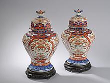 Paire de potiches couvertes à corps hexagonales en porcelaine Imari. Japon. 19ièm siècle.  42cm. Éclat à un col