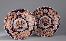 Paire de plats polylobés en porcelaine imari à décor de motifs floraux et paniers ikebanas. Japon. 19 ème siècle. 40cm
