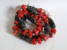 Collier ethnographique recomposé selon la tradition de perles de corail, métal argenté et perles gzi en pate de verre. Mongolie.