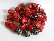 Collier ethnographique recomposé selon la tradition d'importantes  perles corail branche séparées de petites perles de métal argenté et terminé par 3 perles métalliques ciselées. Mongolie.