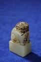 Cachet quadrangulaire surmonté d'un chien de fô. Jade. Chine. Dynastie Qing 5,5cm.