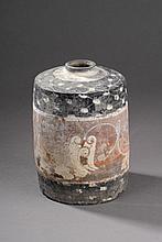 Flacon cylindrique symbolisant le grenier à grain en terre cuite à décor de rinceaux en pigments polychromes. Chine. Dynastie Han. 206 avant à 220 après JC.