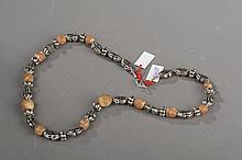 Collier recomposé selon la tradition de perles de fouilles et métal argenté. Chine.