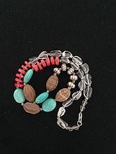 Collier recomposé selon la tradition de perles de turquoises, corail, cristal de roche, agate et métal argenté. Tibet.